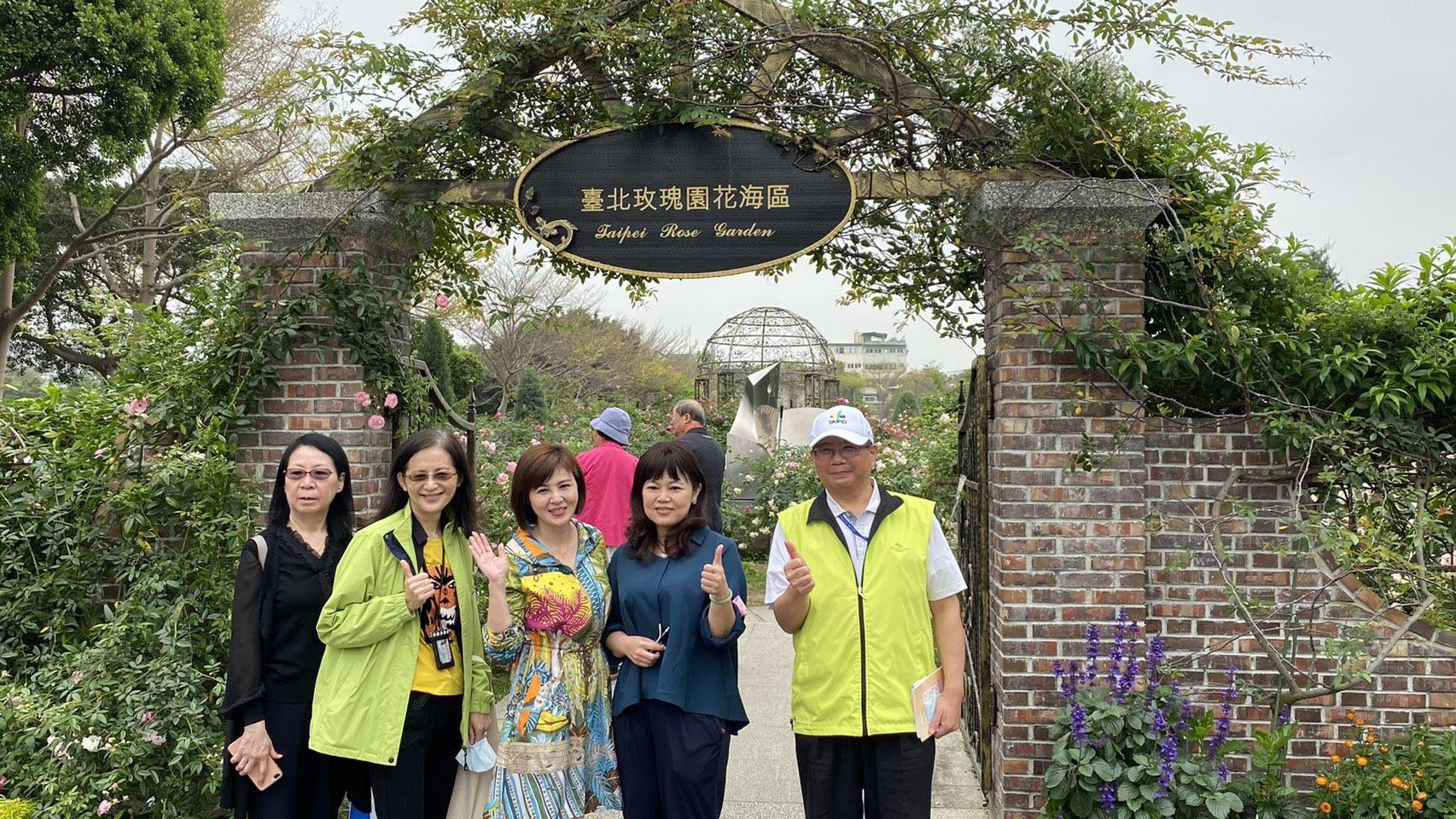 圖4考察團二位女嬌客跟玫瑰花同框的畫面實在是太夢幻了,讓新生公園增添更多賞心悅目的風景