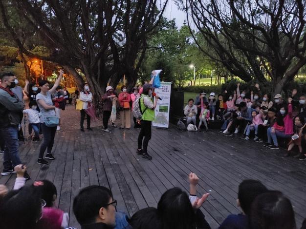志工為民眾解說螢火蟲的相關知識及賞螢注意事項