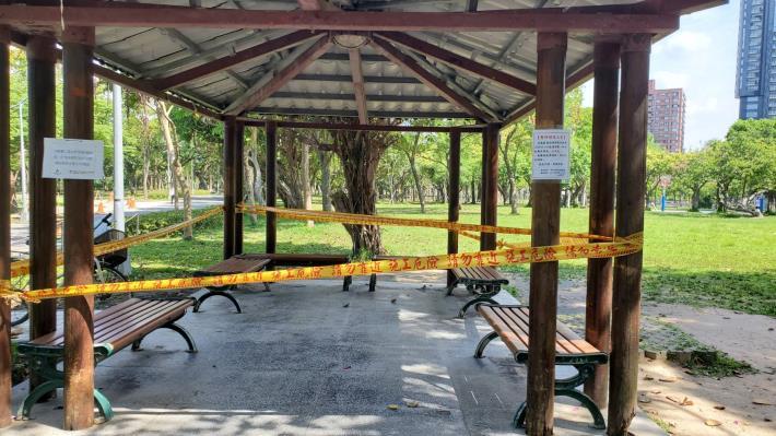 圖2.大安森林公園為避免人潮聚集風險,涼亭暫停開放至528