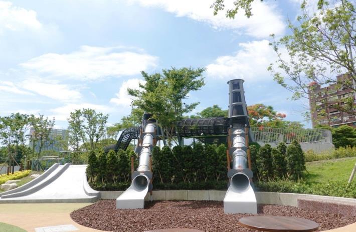 中央藝文公園-高低塔管狀滑梯極大坡面溜滑梯