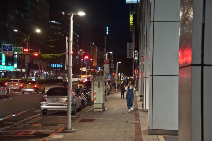 6.LED燈讓松江路人行道更明亮[開啟新連結]