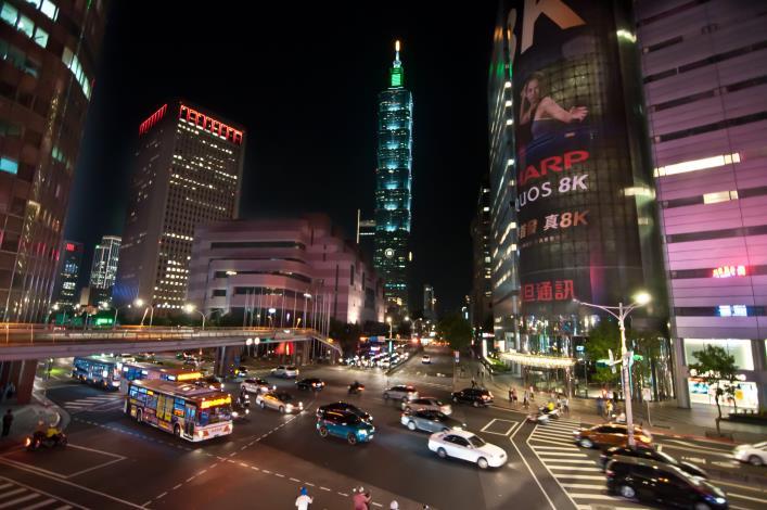 1.LED路燈將101大樓襯托的更繁華[開啟新連結]