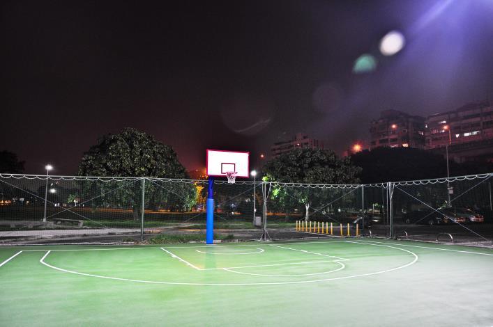 5.延平河濱公園籃球場夜間LED照明讓夜間運動更便利[開啟新連結]