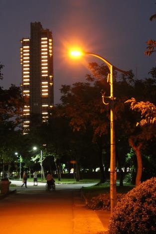 7.大安森林公園的螢火LED燈可以照亮公園、保護生態.JPG[開啟新連結]