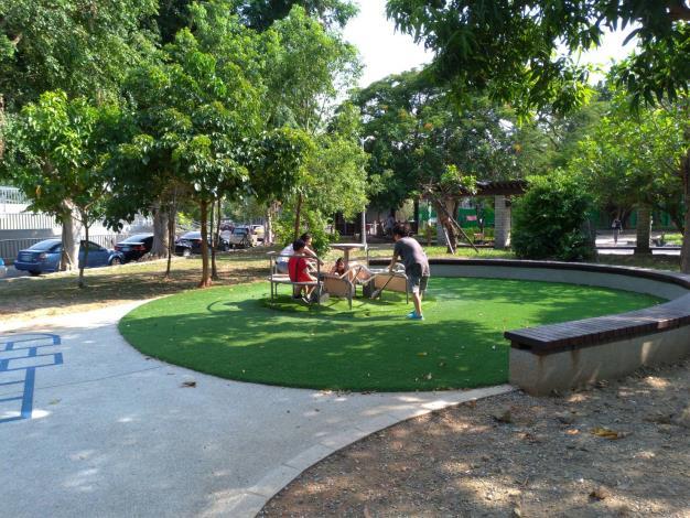 旋轉台-透過孩童乘坐與家長陪伴輔助旋轉,使家長與孩童享受親密互動。