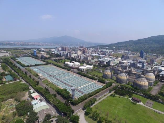 每日可處理132萬噸生活污水的八里污水處理廠節能減碳,以消化瓦斯取代電力乾燥污泥,年降低約7000公噸。1