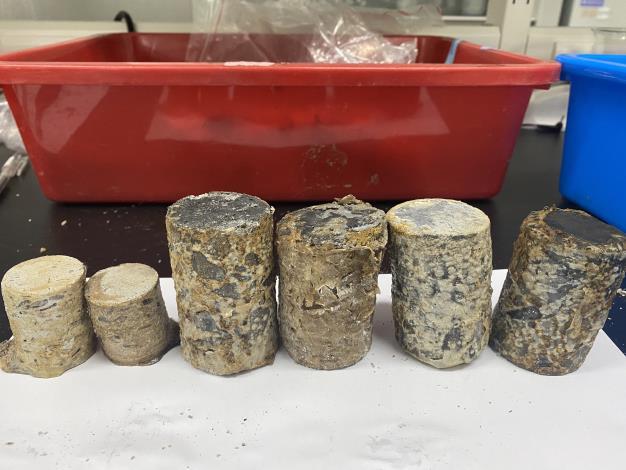 混凝土類試體浸飽於高溫強酸溫泉水,一個月內已有1-6 %的重量損失