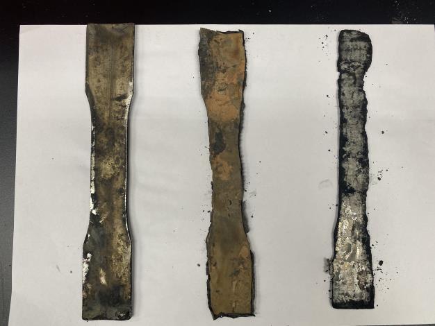 金屬類試片浸泡在高溫強酸的溫泉水.出現腐蝕現象