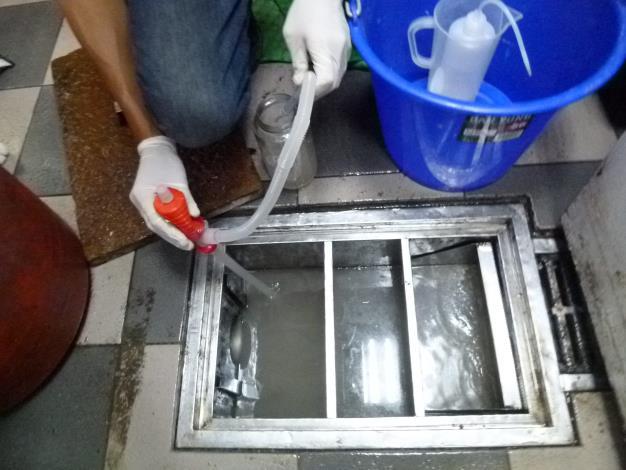衛工處進行水質稽查採樣