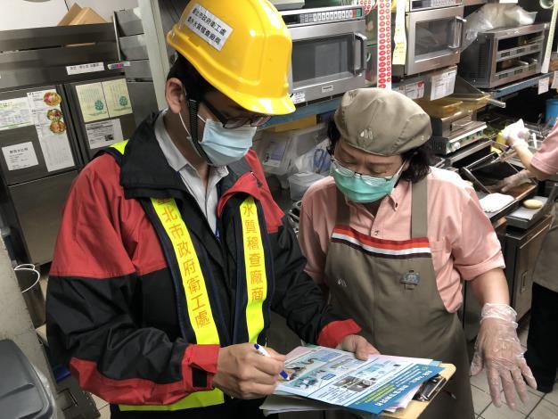 衛工處進行加裝及維護油脂截留器宣導 (2)