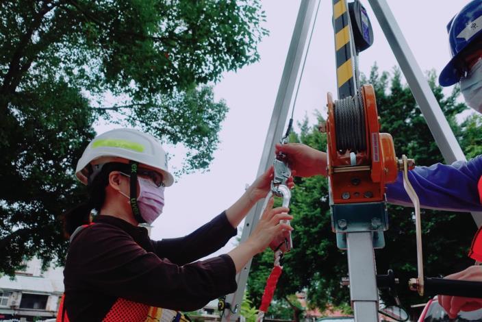 衛工處創全國之先,於迪化污水處理廠區設置「局限空間危害預防演練專區」導入教育訓練