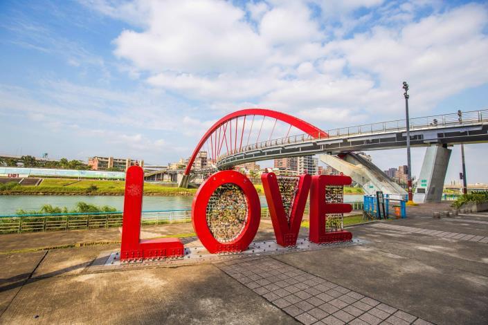 LOVE在彩虹橋橋是拍照熱點.JPG[開啟新連結]