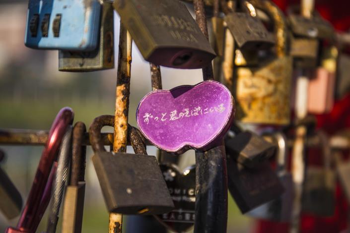 在愛情鎖上鎖住專屬兩人的愛情鎖,象徵彼此情感永不分離.JPG[開啟新連結]
