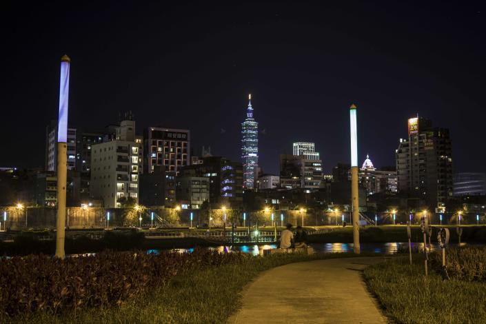 可以悠閒坐在河岸旁欣賞河濱夜景和101大樓.JPG[開啟新連結]