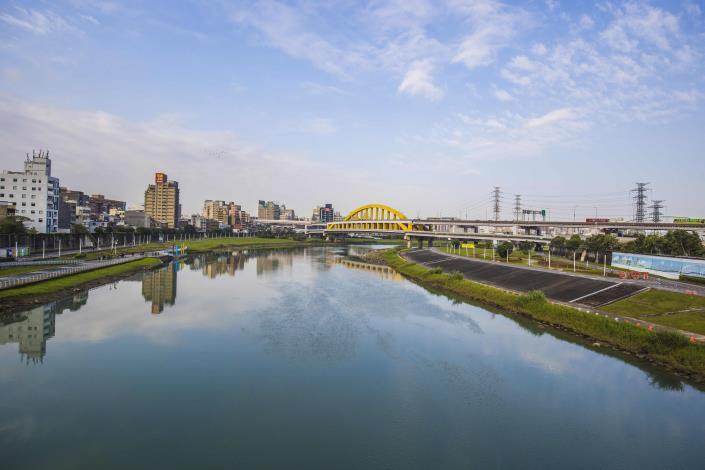 彩虹橋上可欣賞開闊的河濱美景.JPG[開啟新連結]