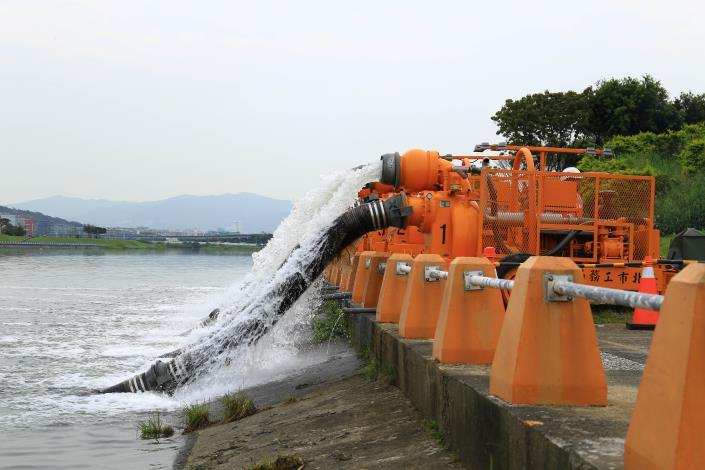 面對颱風來襲北市水利處備妥9部12英吋移動式抽水機[開啟新連結]