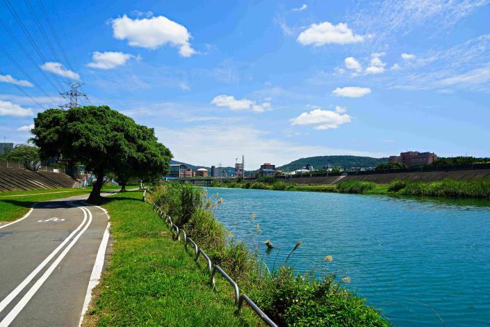 雙溪河濱公園 景色超美[開啟新連結]