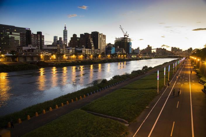 想欣賞河濱夜景可騎基隆河自行車道