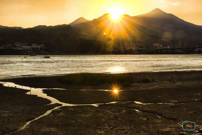 關渡河濱公園夕陽餘暉灑落河面很迷人