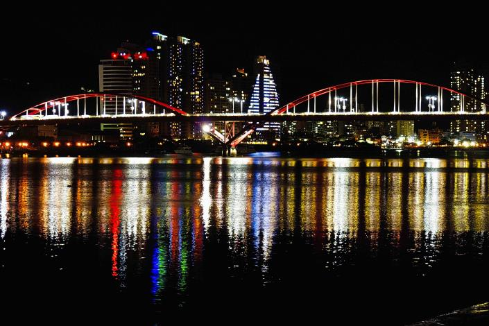 夜騎單車一邊運動一邊欣賞河濱夜景 關渡河濱公園夜景