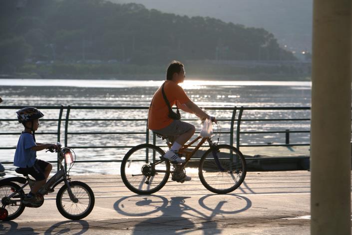 不妨和親朋好友騎自行車漫遊,愜意享受淡水河岸風光.JPG