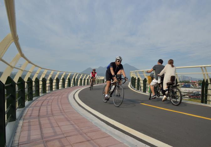 附近自行車道建設完善 (圖為中港河自行車橋).JPG