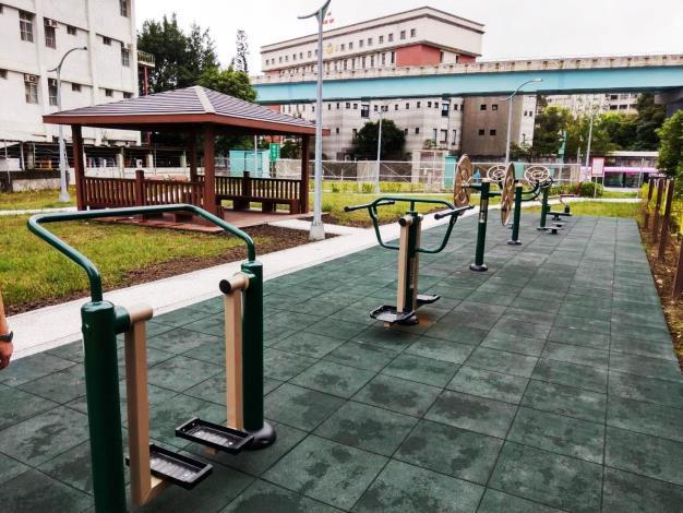 「文山運動中心北側用地滯洪池」上方綠地 有多項體健設施[開啟新連結]