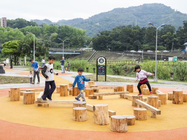 分齡梅花樁和平衡木區 最適合訓練平衡感