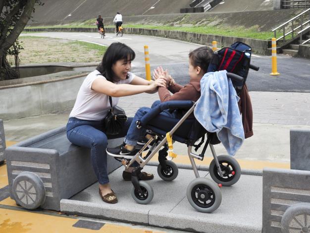 「小礦車座椅」空間寬敞,可以和家人一起享受休閒時光