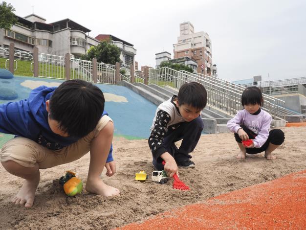 沙坑面積再擴大,小朋友呼朋引伴來玩沙吧 (2)