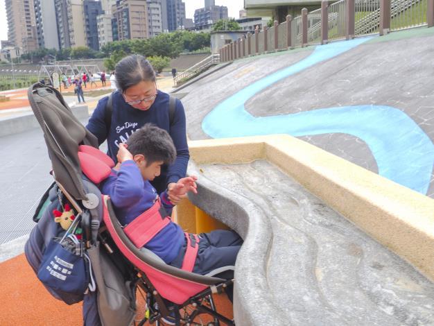 坐輪椅也可以玩掏沙桌