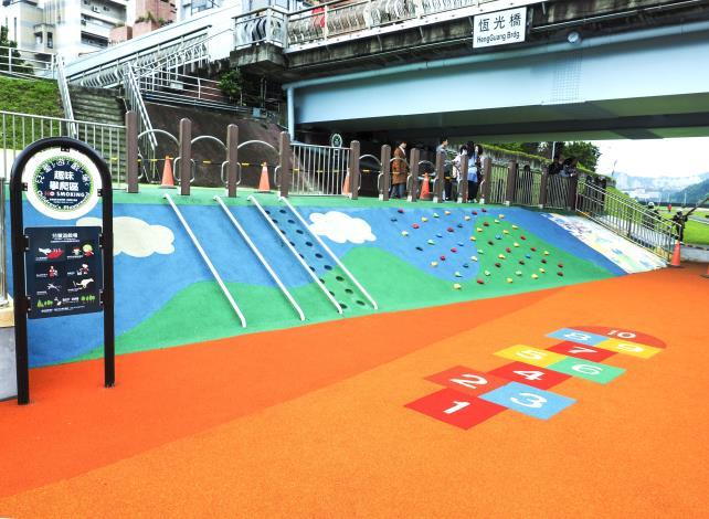 藉由既有戧台(堤防中段平台)的地形高低差,來設置不同分區的遊戲刺激 (圖為 趣味攀爬區)