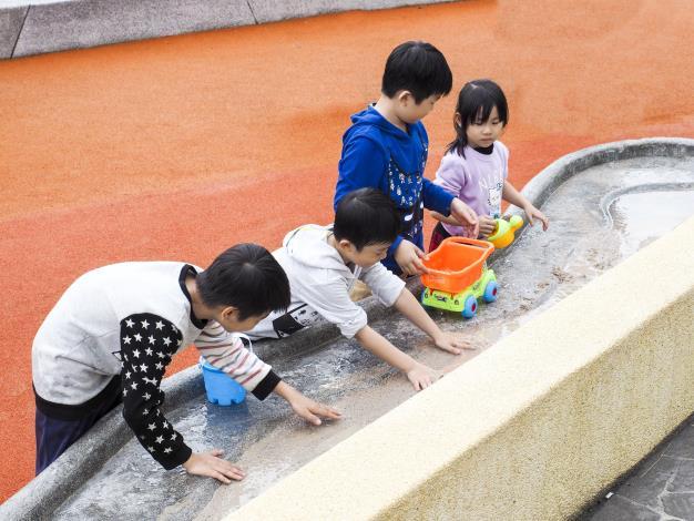 掏沙桌的沙可藉著水流連接至沙坑,使玩沙多了不同的樂趣
