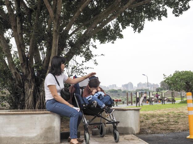 樹下座椅空間也可以讓輪椅並肩談天