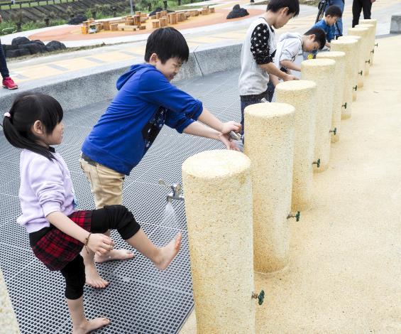 水利處貼心設計沖洗區,方便大小朋友玩沙後沖洗手、腳和玩沙工具。