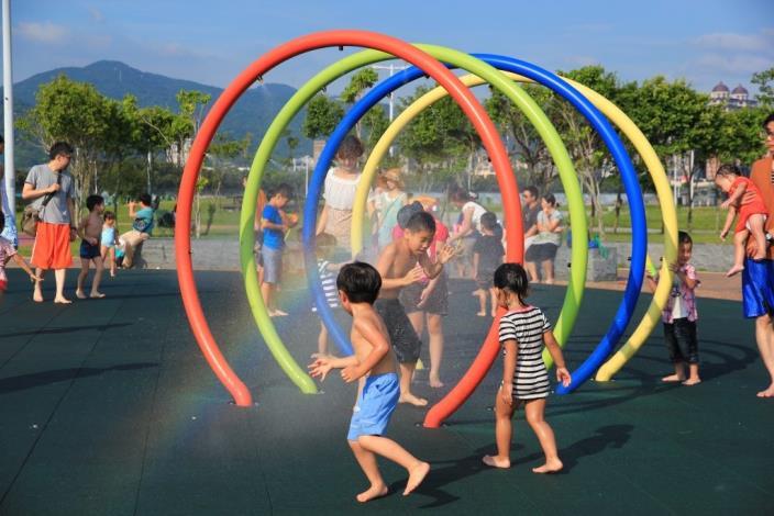 大佳河濱戲水區內設有大型噴水圓圈是小朋友的最愛 (2)[開啟新連結]