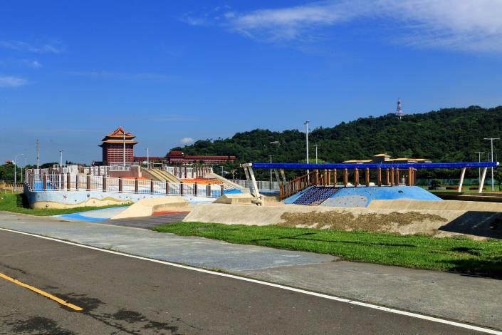大佳河濱公園 玩水 玩沙 玩遊戲場 一次滿足[另開新視窗]