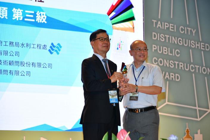 水利處由總工程司張凱堯出席接受頒獎 (2)