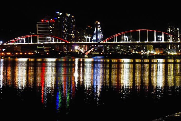 入夜後壯觀的關渡大橋 串聯成一路美麗的風景