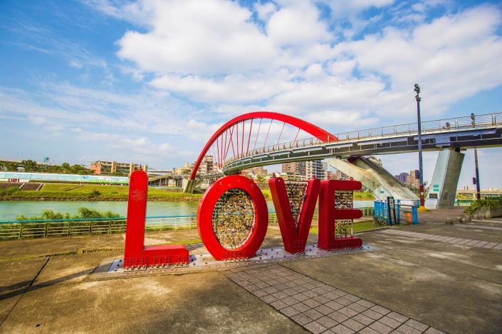 彩虹橋周邊,這裡「LOVE」裝置藝術 很適合拍照打卡