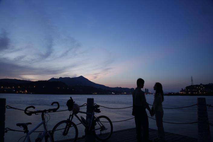 島頭公園 以觀音山為背景 可見到關渡大橋 是造訪社子島不可錯過的景緻。 (3)