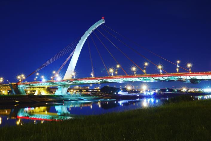大佳河濱公園大直橋的燈光倒映在河面 迎著晚風 一家人團聚 更添佳節氛圍.JPG