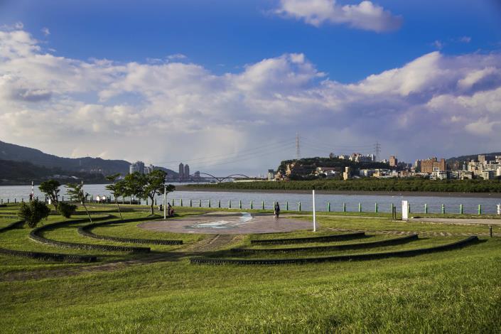島頭公園 以觀音山為背景 可見到關渡大橋 是造訪社子島不可錯過的景緻。.JPG