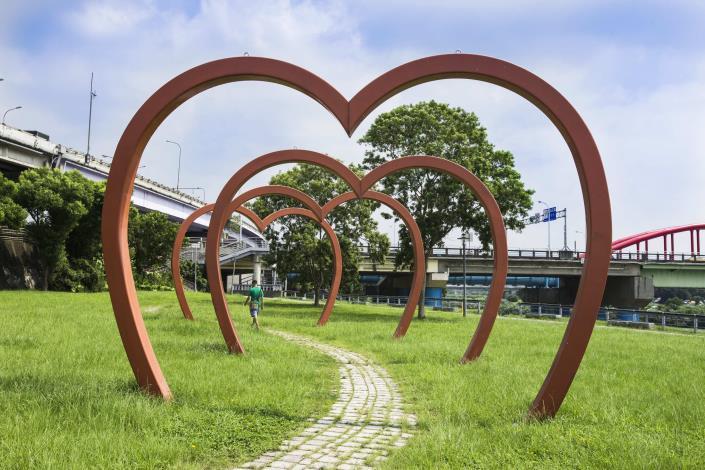 古亭河濱公園也是熱門的打卡點 因為這裡有大型的愛心裝置藝術.JPG