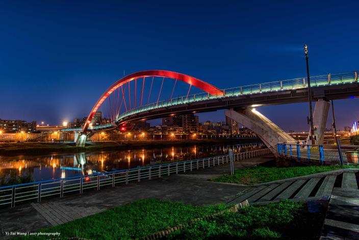 燈光炫爛的彩虹橋 讓夜晚賞月非常有FU