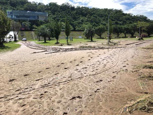道南河濱公園滿是淤泥  (動物園對面)