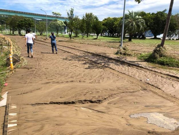 道南河濱公園淤泥遍布  (動物園對面)