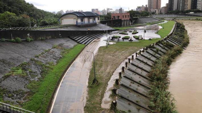 道南河濱公園 淤泥遍布