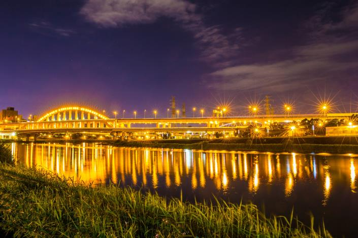 麥帥一橋因造型特殊,且入夜後燈光與水文相互照映,美麗夜景吸引攝影愛好者聚集