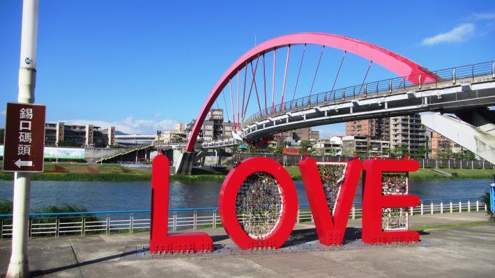 成美左右岸河濱公園設有多樣愛情主題設施物.JPG